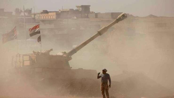 Un soldat irakian, dupa un tir de artilerie contra jihadistilor la Ali Rash, 8 km sud-est de Mosul, pe 22 noiembrie 2016