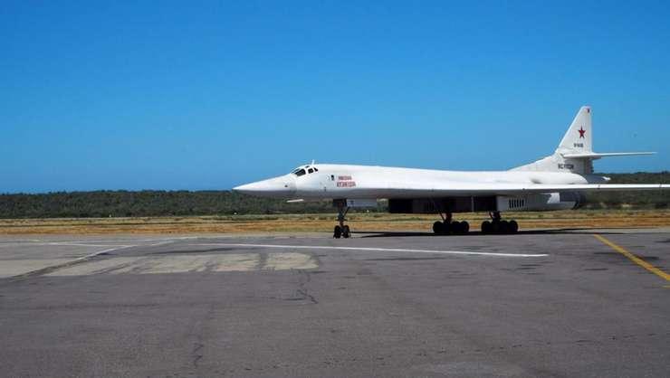 Un Tupolev 160 rus, dupa aterizarea sa la Maiquetia, Venezuela, pe 10 decembrie 2018. Washington cere Moscovei sa înceteze sa îl mai sustina pe Nicolas Maduro.