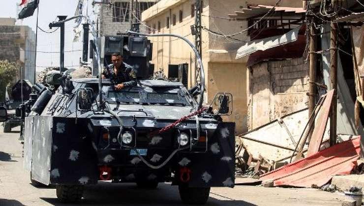 Un vehicul blindat al armatei irakiene avanseaza în partea veche a orasului Mosul, 26 iunie 2017