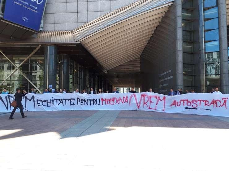 Manifestaţie de stradă, pentru autostrada Iaşi-Tg. Mureş (Sursa foto: Facebook/Împreună pentru A8)