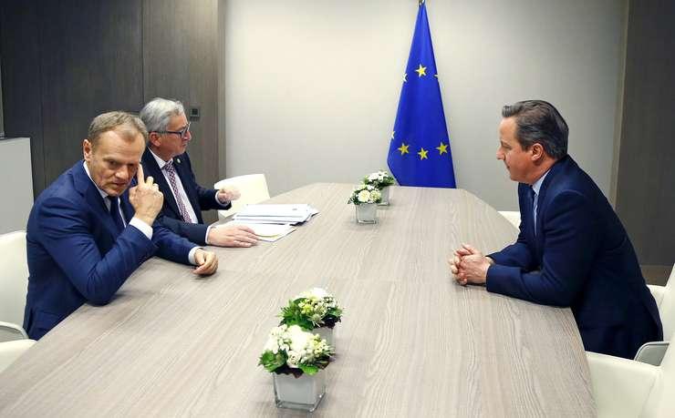 Preşedintele Consiliului European, Donald Tusk (primul din stânga), şeful Comisiei Europene, Jean-Claude Juncker şi premierul britanic, David Cameron (Foto: Reuters/Yves Herman)