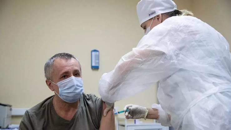 Un pacient este injectat, la Moscova, cu vaccinul rusesc Sputnik V, 30 decembrie 2020.