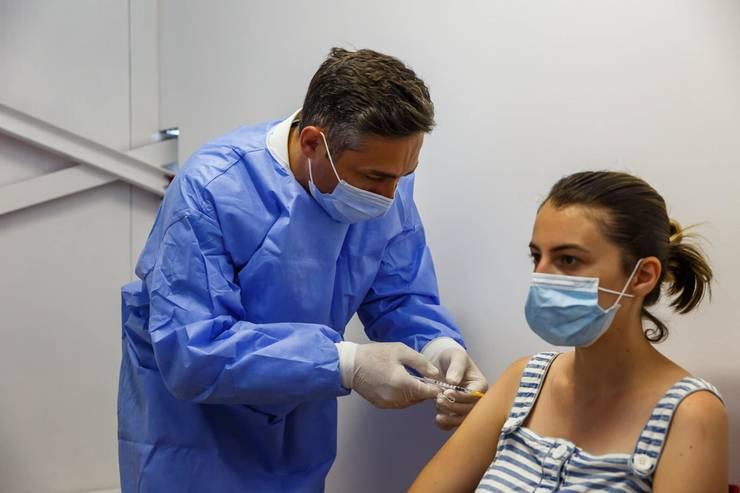 România ia în calcul administrarea mai devreme a dozei 3 de vaccin