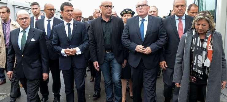 Ministrul francez de Interne Bernard Cazeneuve, premierul Frantei Manuel Valls si vice-presedintele CE Frans Timmermans (al treilea din dreapta) la Calais pe 31 august 2015