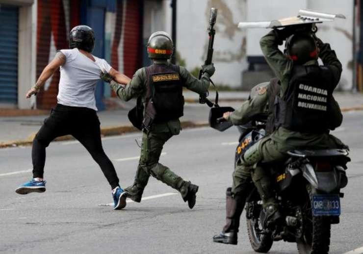 Fortele de securitate îl fugàresc pe un manifestant pro-opozitie la Caracas, pe 23 ianuarie 2019