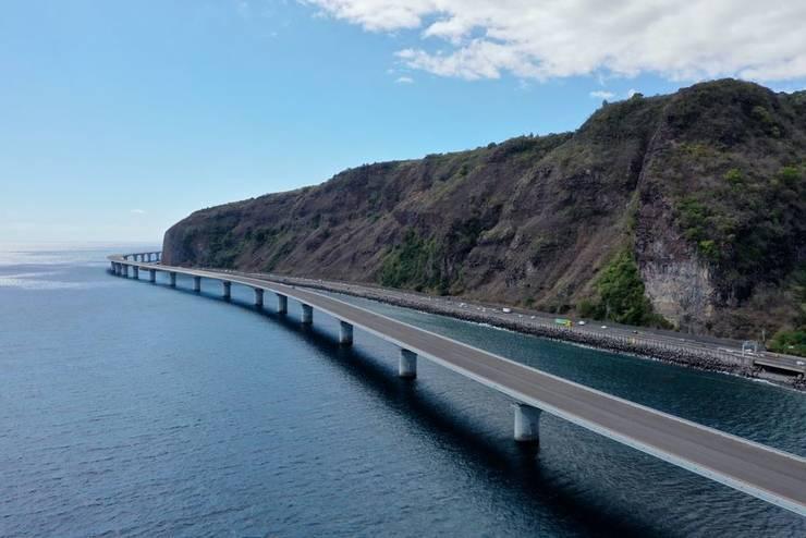 Viaductul va înlocui practic actuala sosea. În ultimii ani mai multe persoane si-au pierdut viata pe aceasta sosea dupa ce s-au prabusit bucati din faleza.