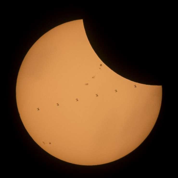 Staţia Spaţială Internaţională, în timpul eclipsei de Soare de luni, 21 august 2017 (Foto: Joel Kowsky/NASA/AFP)