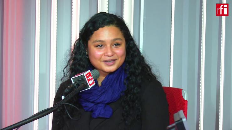 Scriitoarea româno-congolezà Annie Lulu, în studioul RFI din Paris.