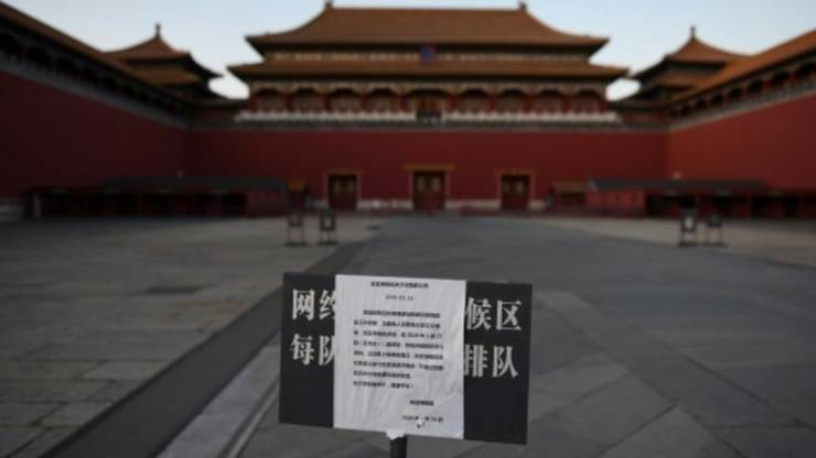 Panou indicînd că vizitarea Cetăţii Interzise de la Pekin este suspendată din cauza epidemiei de coronavirus (4 februarie 2020).