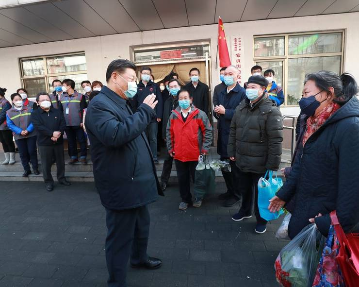 Presedintele Chinei Xi Jinping împreunà cu un grup de locuitori ai unui cartier rezidential din Beijing, 10 februarie 2020