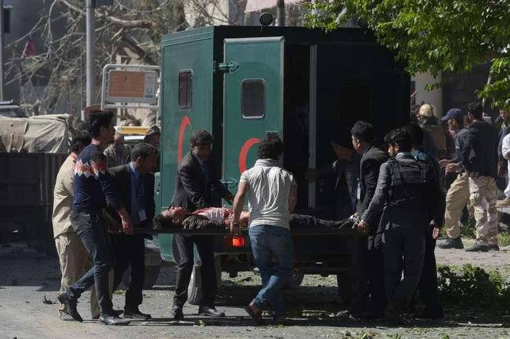 Răniţi, după atentatul de miercuri din Kabul (Foto: AFP/Shah Marai)
