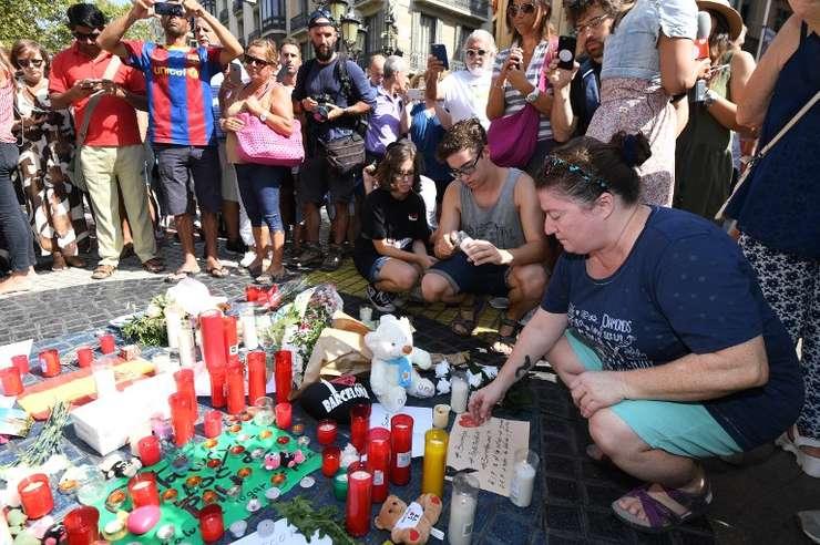 Oamenii aduc un omagiu victimelor atacului din Barcelona (Foto: AFP/Pascal Guyot)