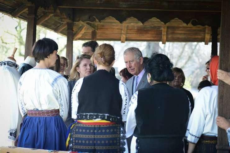 Prințul Charles la o întâlnire cu săteni din Transilvania