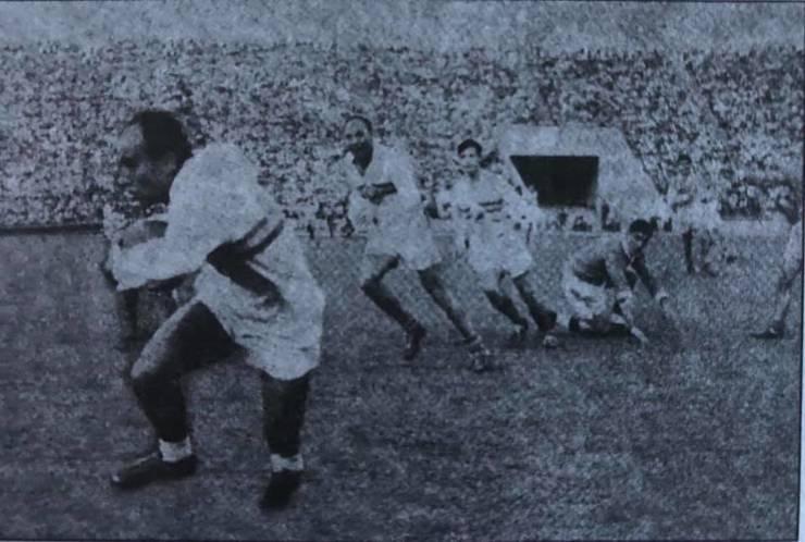 Aurel Barbu cu balonul în meciul România - Franța din 1960