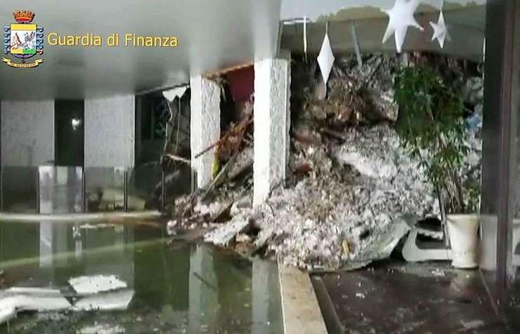 Interiorul hotelului lovit de avalanşă (Foto: Guardia di Finanza via AFP)