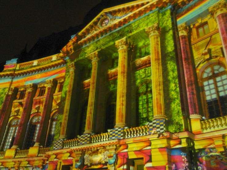 Clădirea BCU, devenită o grădină plină de culoare (Foto: RFI)