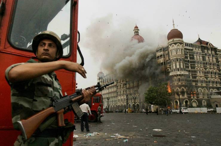 29 noiembrie 2008 în fata hotelului Taj Mahal din Bombay, înaintea asaltului dat de politie contra teroristilor refugiati în hotel.