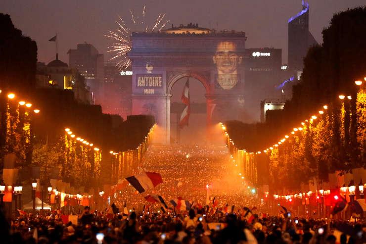 Bulevardul Champs Elysées dupa ce Franta a câstigat Campionatul Mondial la Fotbal 2018