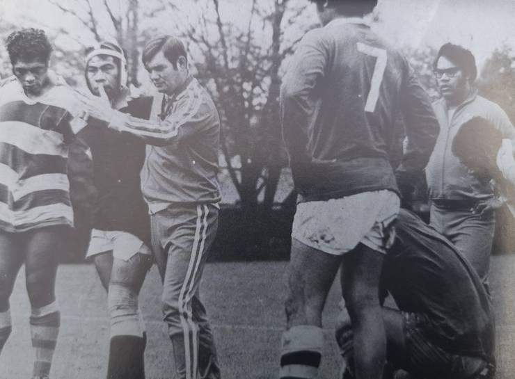 Carwyn Jones anteenând o echipă din Tonga