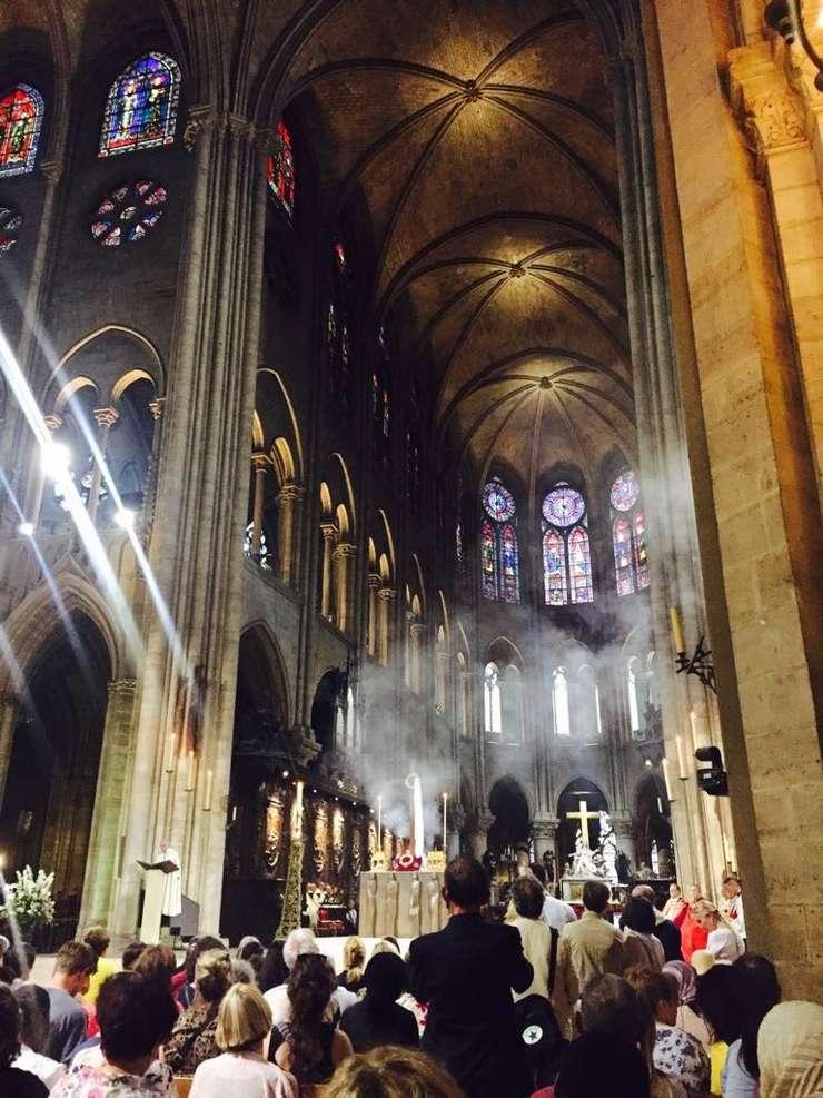 Catedrala Notre-Dame de Paris, mai 2017. Procesiune de veneratie a sfintei coroane de spini care ar fi stat pe capul lui Hristos, unul din cuiele cu care acesta ar fi fost răstignit, o bucată din crucea pe care a fost răstignit.