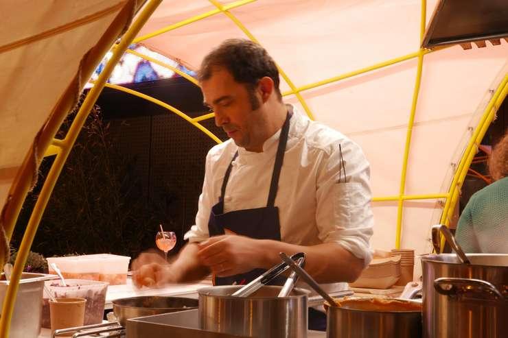 Chef Ioan Bebeselea (Sibiu) gatind oua posate în tocana de ceapa cu bulion în sareta amplasata în Paris, la EP7, lânga Biblioteca Nationala franceza.