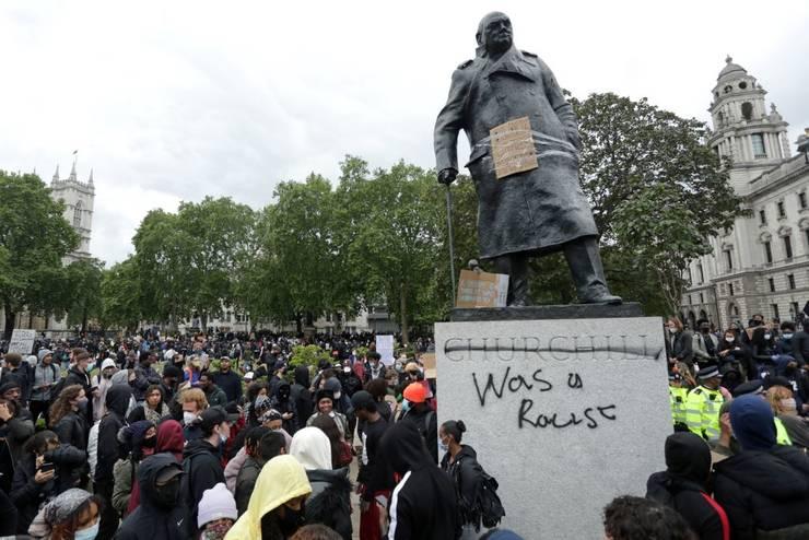 Statuia lui Winston Churchill din centrul Londrei