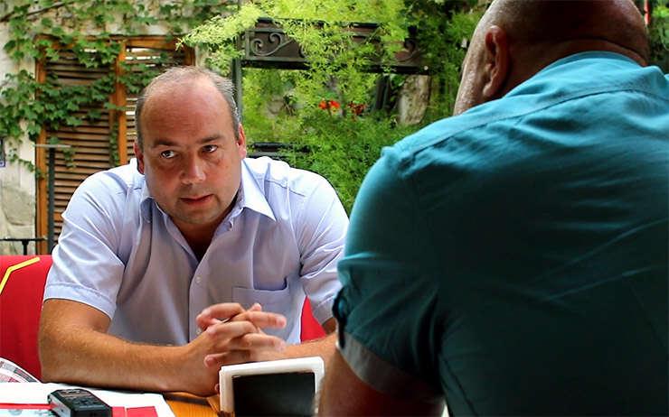 Analistul politic Cornel Ciurea intervievat de Ovidiu Nahoi, pe o terasa din Chisinau