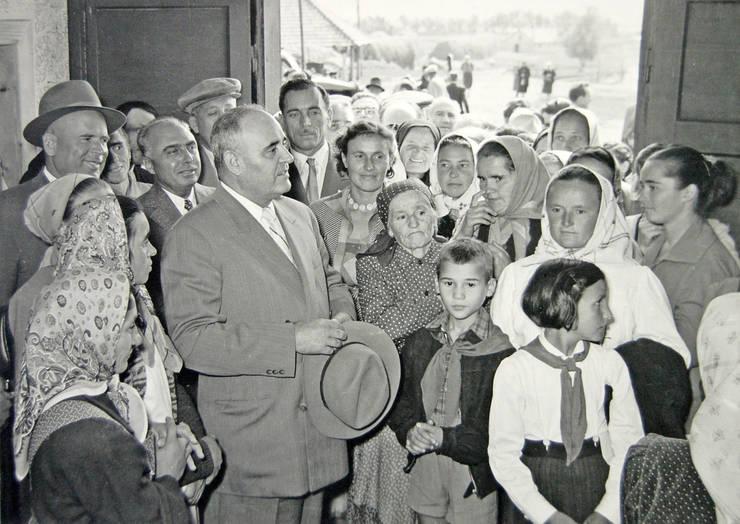 Gheorghe Gheorghiu Dej au colectiviștii din Nazna, județul Mureș