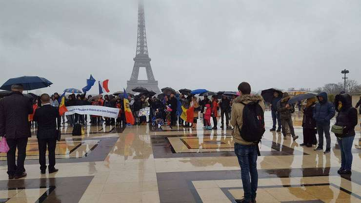 Demonstrație de protest a moldovenilor la Paris