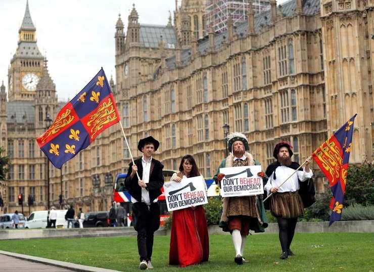 Protestatari în fața parlamentului britanic