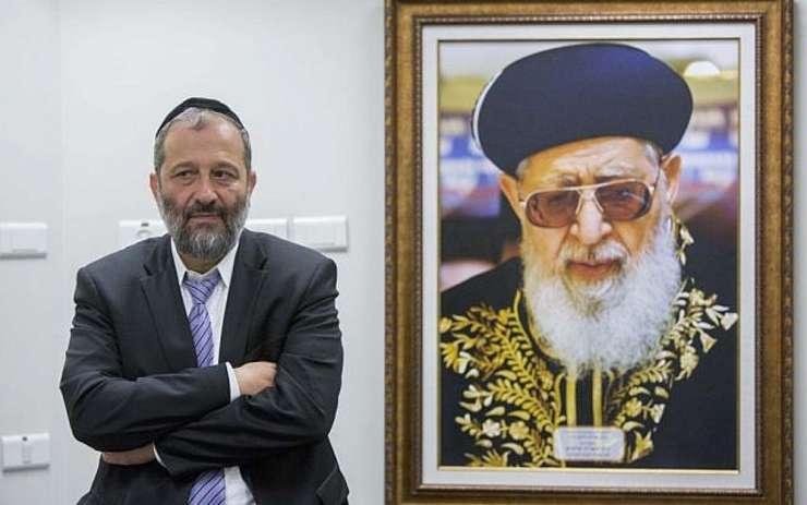Arie Deri și portretul Rabinului Ovadia Yosef