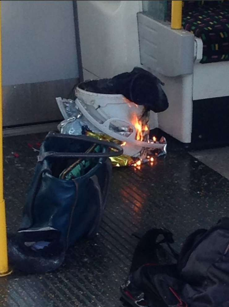 Dispozitiv exploziv improvizat, în metroul de la Londra (Foto: HO/@RRIGS/AFP)