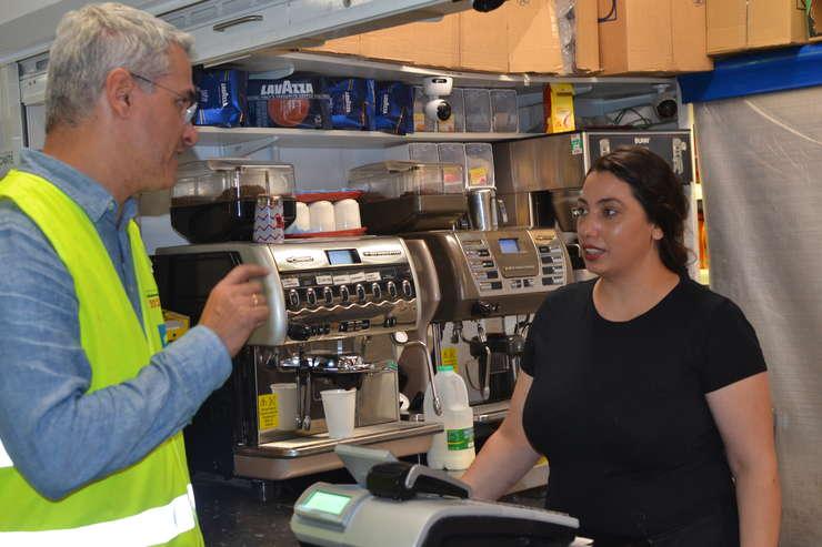 Eurodeputatul Dragoș Pîslaru și o lucrătoare la cantina șantierului SISK din Wembley