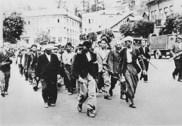Evrei escortați de colaboraționiști lituanieni, 25 iunie 1941 Vilnius