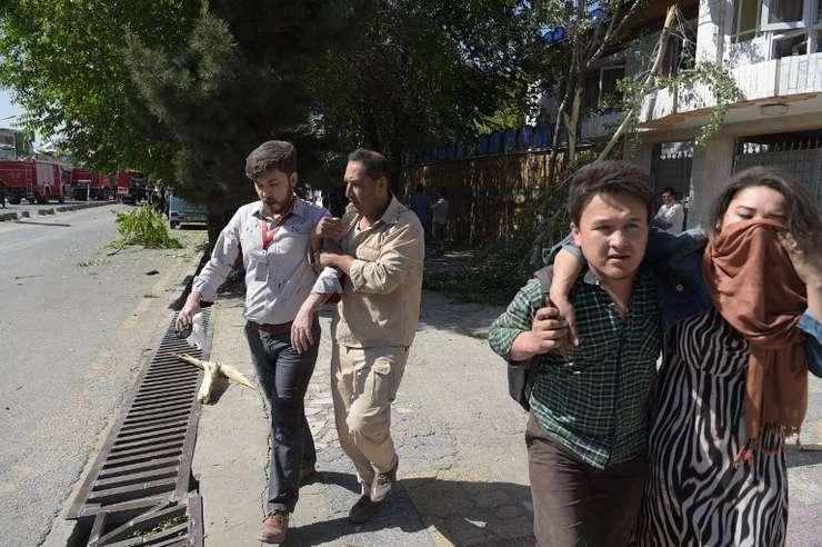 Victime ale atentatului din Kabul primesc ajutor (Foto: AFP/Shah Marai)