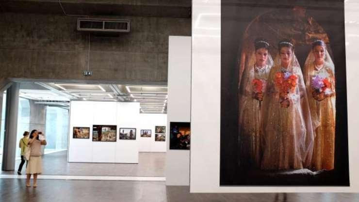 Expozitia Too young to wed a lui Stephanie Sinclair la Arcul de Fotojurnalism din Paris