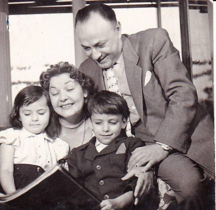 Eugen Nacht-Stroe cu părinții și sora sa