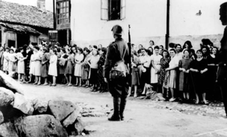 Militar român păzește femei evreice