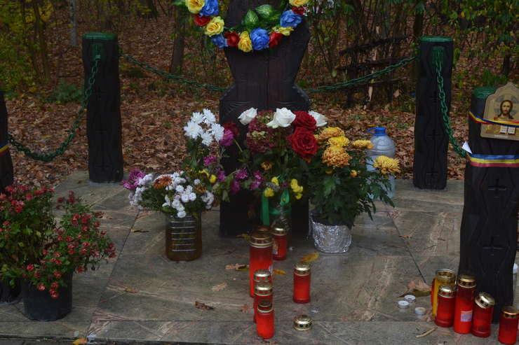 Flori și candele la troița Corneliu Zelea Codreanu