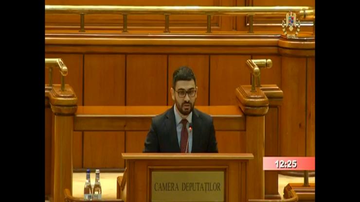 Deputatul PSD Petre Florin Manole citește textul moțiunii de cenzură (captură video)