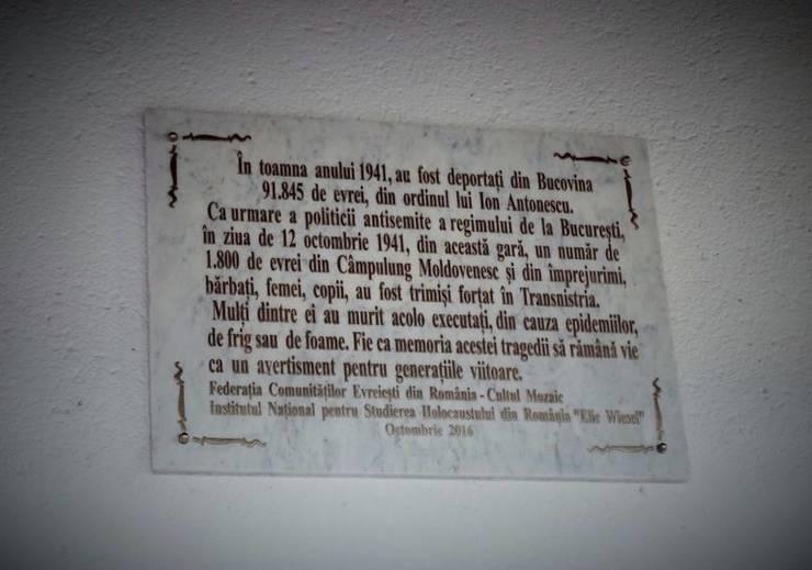Placă comemorativă în gara Câmpulung Moldovenesc