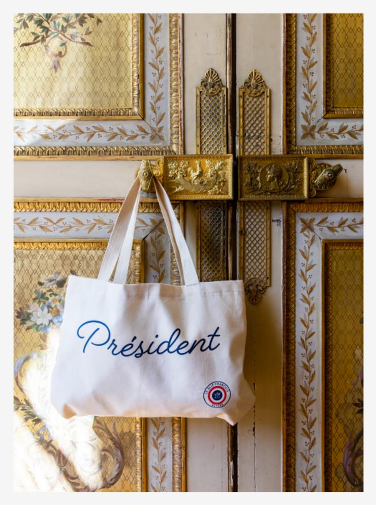 O geanta din panza vânduta de administratia prezidentiala franceza pentru a finanta lucrarile de renovare a Palatului Elysée.