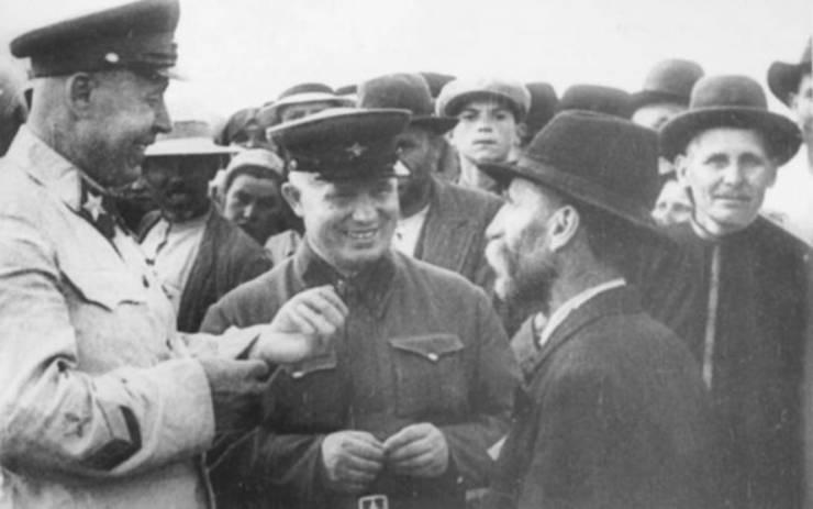 Nikita Hrușciov (în centru) la Chișinău în 1940