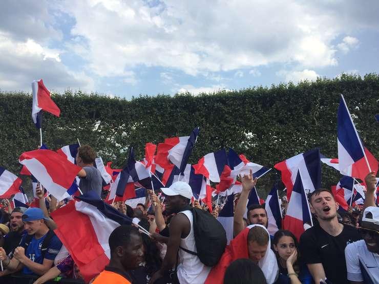 Suporteri fericiti de victoria obtinuta de echipa Frantei
