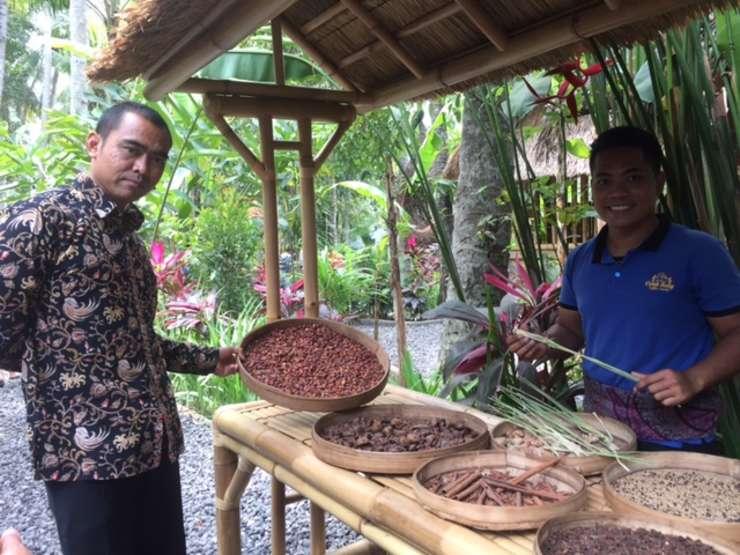în Dreapta Darma, ghidul de la ferma de cafea din Bali.