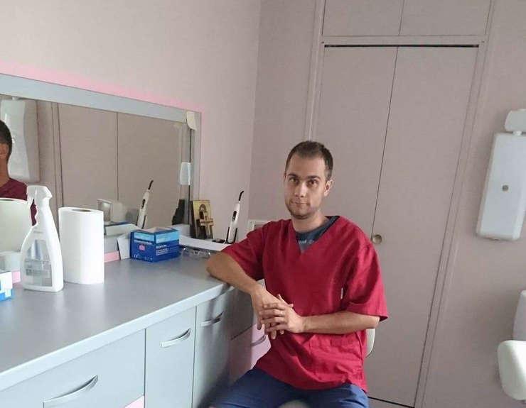 Tehnicianul dentar Florin Lungu in cabinetul din Lannion, Bretagne, Franta