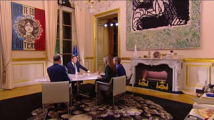 În biroul presedintelui Frantei, Emmanuel Macron poate fi vazut faimosul 'Marianne' tabloul realizat de Shepard Fairey, un omagiu adus victimelor atentatului din 2015 din Paris.
