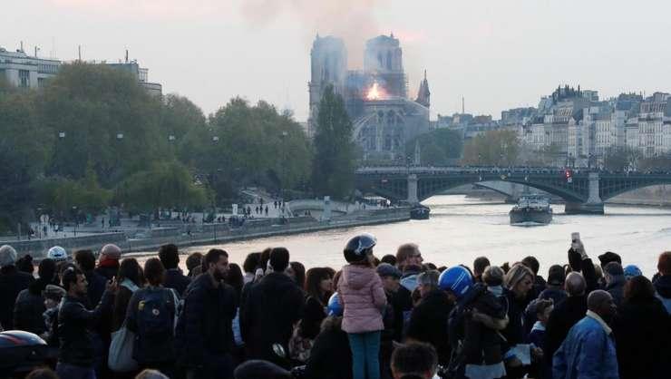 Incendiul de la Catedrala Notre Dame este urmarit cu emotie de pe unul din podurile din Paris.