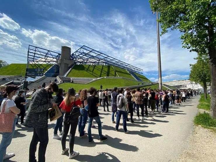 Oameni stau la coadà ca sà poatà intra la concertul-test dat de grupul Indochine în sala AccorHotels Arena din Paris, 29 mai 2021.