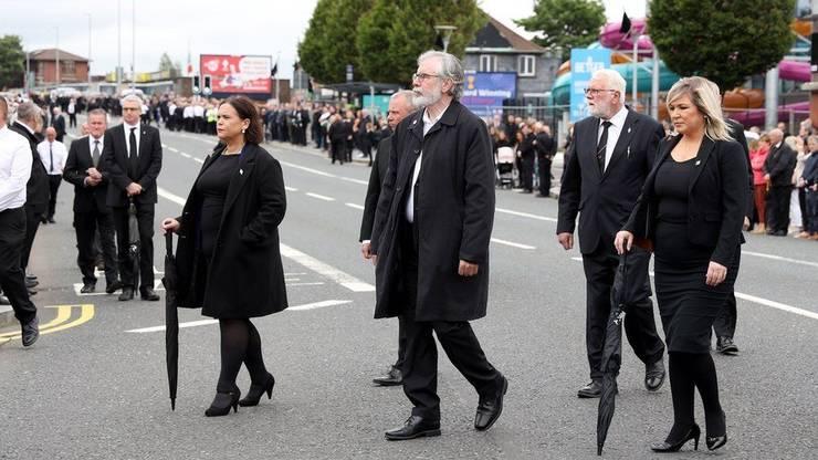 Liderii Sinn Fein la o înmormântare în iunie 2020